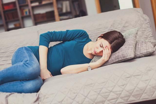 Đau bụng kinh làm ảnh hưởng đến sinh hoạt hằng ngày